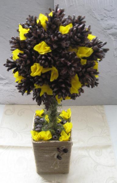 Дерево из шишек фото