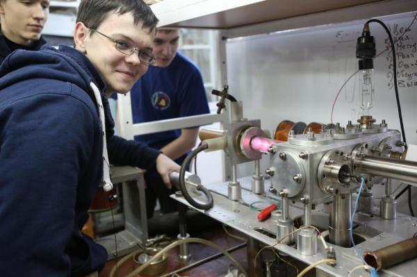 В Новосибирске для 80 старшеклассников заработала общероссийская школа юного физика