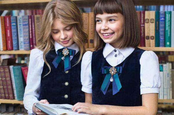 Школьницы в библиотеке