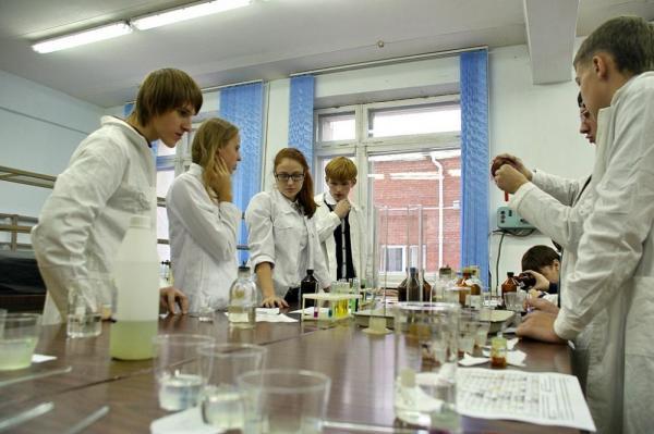 Школьники в лаборатории