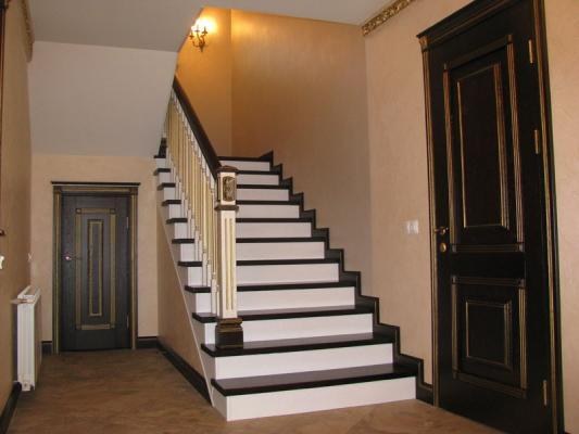 Где приобрести деревянную лестницу недорого?