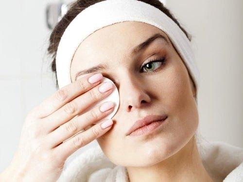Как правильно снимать макияж перед сном?