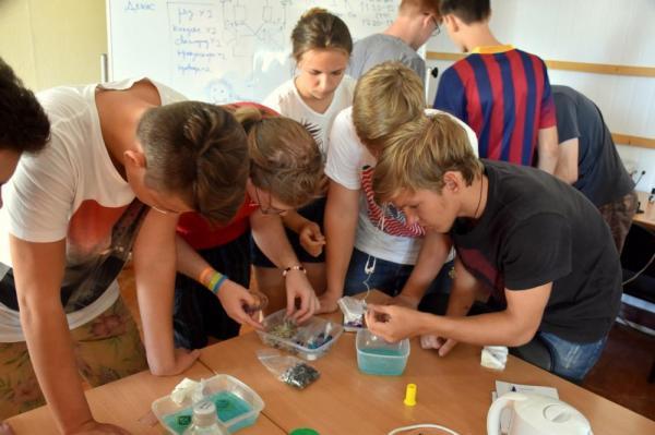 Школьники собирают микросхему