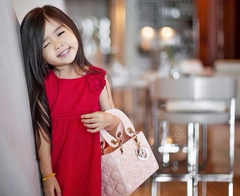 Модные дети с детскими сумками