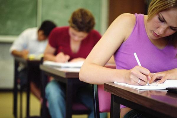 Выпускники пишут сочинение